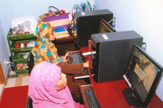 Students at Cyber Cafe at Adhunika Women's Center, Photo by Imran Hassan